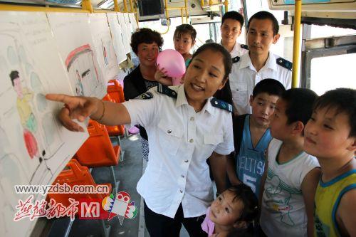 关注留守儿童 志愿者下乡讲解安全乘车知识图片
