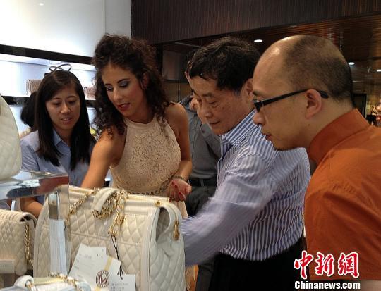 宗庆后与意大利参展商在娃欧商场参观参展商品 肖娜 摄