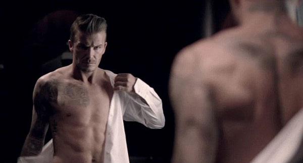 先是全裸出镜,穿上衬衫,穿上西装,最后拿出写有贝克汉姆品牌