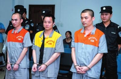 叶英武(右一)等三人在法庭上受审。京华时报记者蒲东峰摄