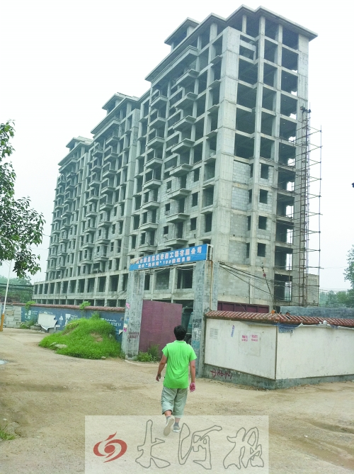 宝丰县文物局副局长丁亚峰承建的大楼,现在成了烂尾楼。