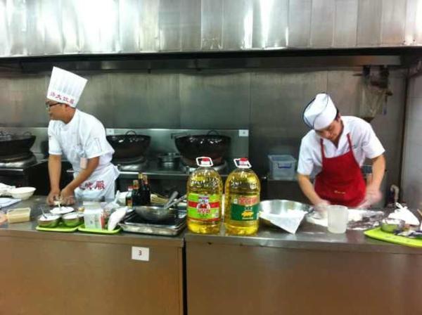 图:金龙鱼、海皇餐饮专用油全程赞助烹饪比赛活动