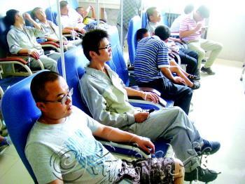 公司员工正在医院打点滴. 见习记者 蒋大伟 摄