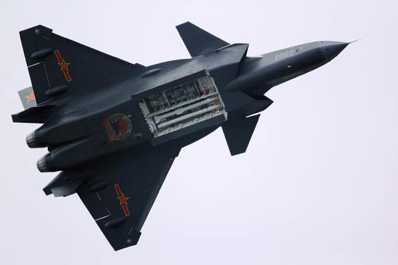 原文配图:歼-20弹舱挂架再曝高清图。