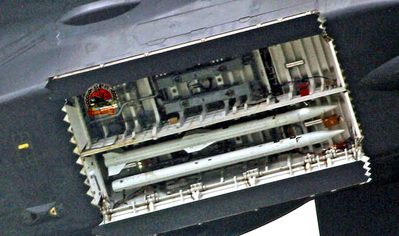 资料图:歼-20的主弹舱能携带4枚PL-12中距空空导弹或PL-15中远程空空导弹。