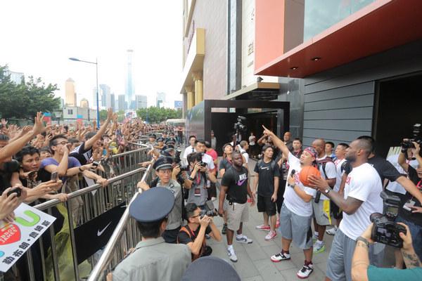 詹姆斯广州行,为现场久候的球迷送上签名篮球
