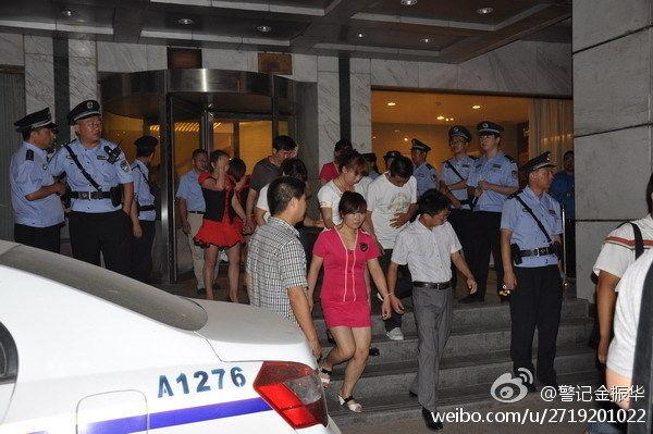 河南警方洗浴哹�j�n�_在当晚的行动中,警方共抓获12名违法犯罪嫌疑人,清查各类洗浴场所8处.