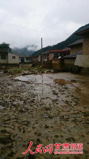 灾现场一片狼藉白银消防支队 桑丽娟摄 -甘肃天水洪灾已致21人遇难