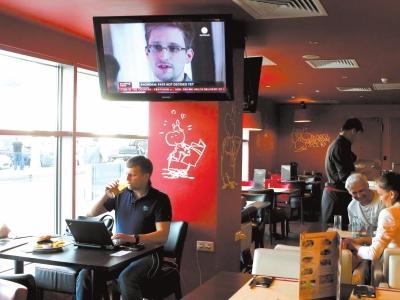 24日,俄罗斯莫斯科谢列梅捷沃机场的咖啡厅里正在播放有关斯诺登的新闻。新华社发