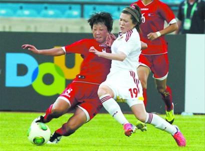 中国队周霏霏(右)与对手拼抢。