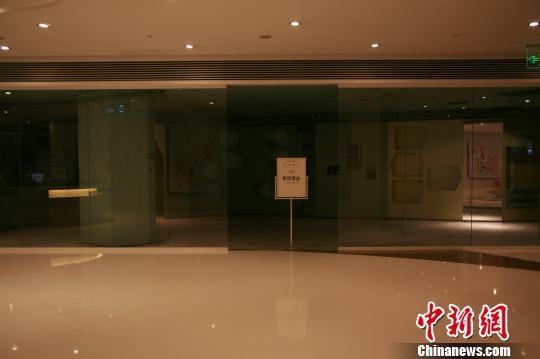 图为杭州大厦D座内因火灾停业的商家。 李晨韵 摄