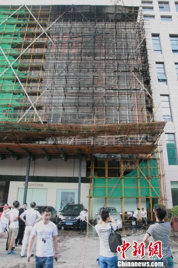 图为杭州大厦被烧损的脚手架。 李晨韵 摄