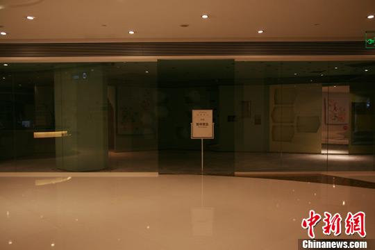 图为杭州大厦被烧损的脚手架。李晨韵 摄