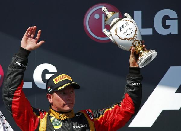 图文:F1匈牙利站正赛 莱科宁举起奖杯