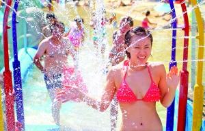 团结湖公园内游泳场爆满。首席摄影记者 蔡代征/摄
