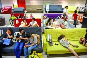 人们躲避暑热涌入宜家,沙发成了抢手货。晨报记者 王巍/摄