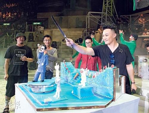 谢霆锋送陈奕迅舞台造型蛋糕