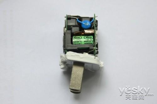 苹果充电器结构复杂,元件很多
