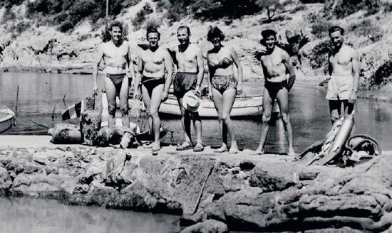 宝珀首任首席执行官Jean-Jacques Fiechter先生与潜水教练度假佩戴50�x腕表