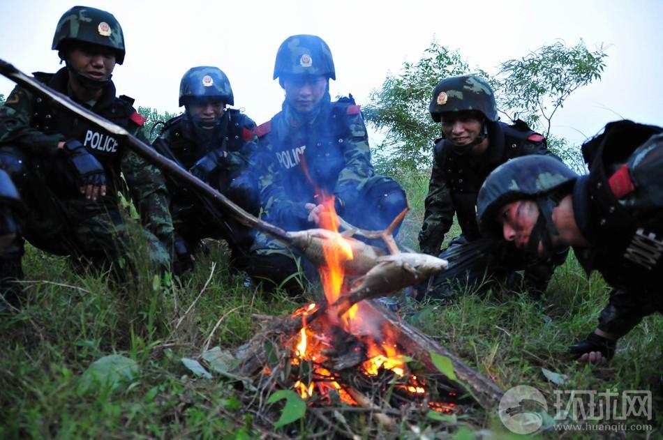 特战队员在野外生火烤鱼(摄影 徐伟)