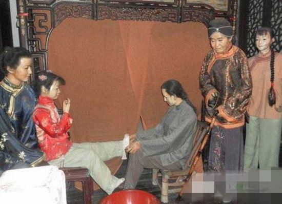 裹小脚的现代人_旧中国小脚女人悲惨写真