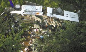 29日拍摄的意大利南部那不勒斯附近的事故现场