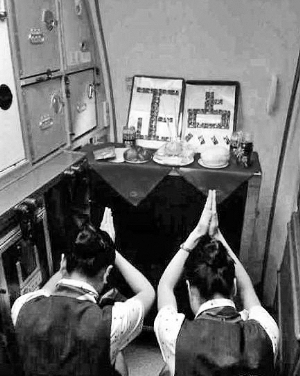 """空姐 飞机晚点 人为因素 主因/这张厦门航空两位空姐跪拜""""正点""""的图片一度在网上热传。..."""