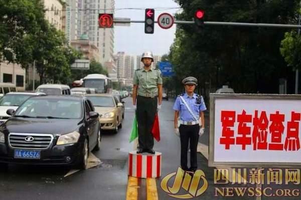 四川新闻网图片:即日起,成都军区展开新式军车号牌运行专项军地联合执法检查。