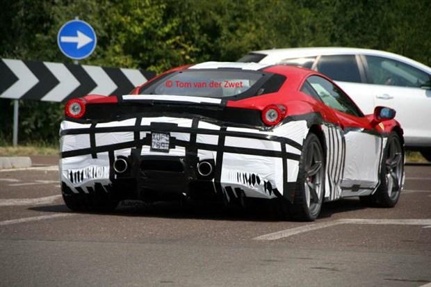 据国外媒 体报道法拉利458 Scuderia的前进气格栅和前后保险杠都将经过重新设计。新车还将配备前后轮空气导流槽。同时新车的车身重量相比法拉利458将会减轻100kg。