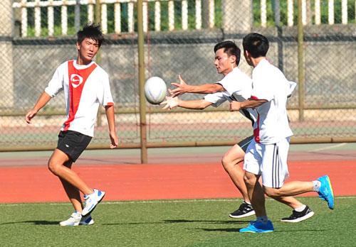 白宇摄/芜湖县二中同学在烈日下玩起橄榄球。白宇摄