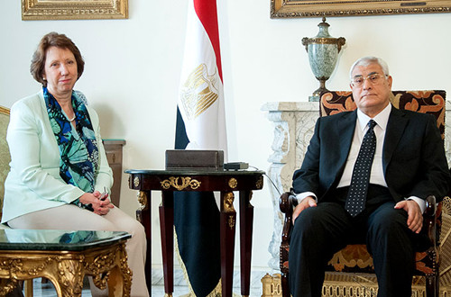 资料图:阿什顿左7月17日会见了埃及临时总统曼苏尔。