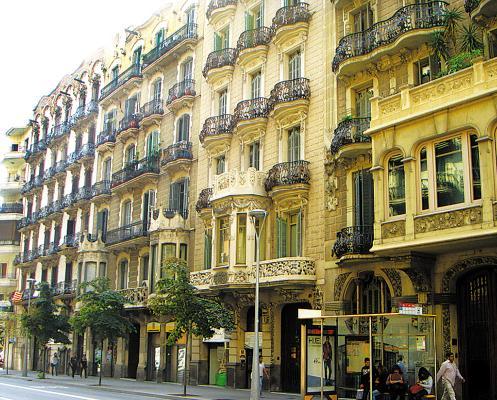 巴塞罗那街头漂亮的阳台
