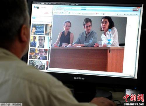 """美国""""棱镜""""监控计划泄密者爱德华斯诺登于莫斯科时间7月12日在莫斯科谢列梅捷沃机场与多家人权机构代表人士举行会谈。图为一人在机场内的电脑上观看期诺登会谈时的图片。"""