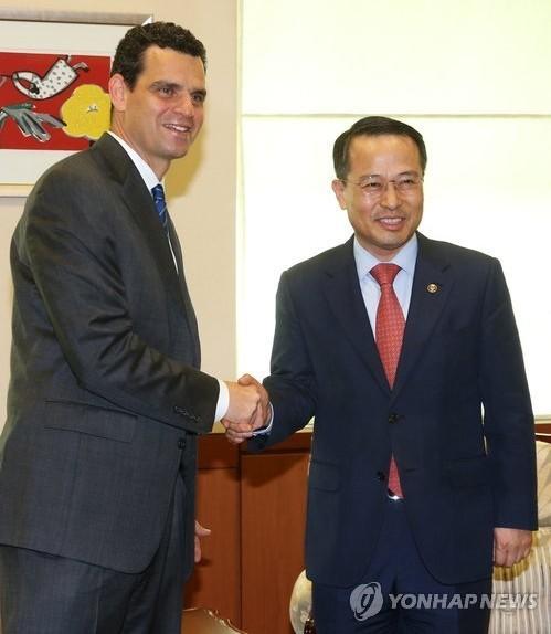 韩国外交部第一次官金奎显30日在外交部大楼会见正在韩国进行访问的美国财政部副部长大卫・科恩