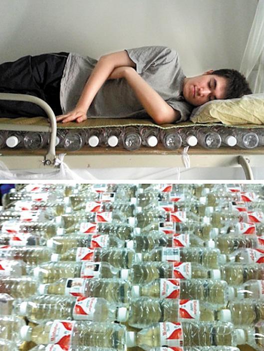 天气太热,网友纷纷DIY奇葩消暑神器。武汉东湖学院的学生晒出一张用矿泉水瓶制作的水床。原来由于宿舍只有风扇散热,其中一个寝室的三个学生将喝了一年的空矿泉水瓶子全部收集起来,然后将空瓶子装满水后用绳子固定平铺在地面,再在上面铺上席子就可以睡觉。(赖丽思)