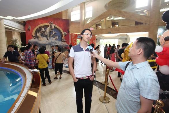 江门 泰迪熊/图为江门电视台采访万氏兄弟之一