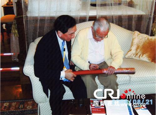 2008年8月吴经国请萨马兰奇在火炬上签名