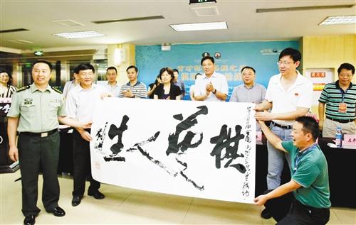 """重庆育才中学,著名战士书法家刘超现场书写了""""棋艺人生图片"""