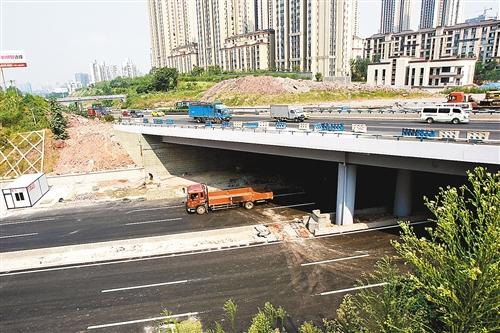 为7月31日,位于内环快速路江北段的石子山立交建成通车。记者 罗斌 实习生 李自豪 摄