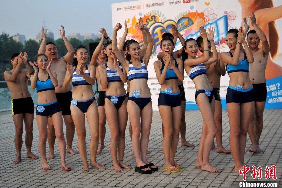 泳池皮划艇大赛 比基尼美女亮相夺眼球
