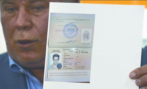 俄罗斯律师库切列纳1日在莫斯科机场向媒体展示斯诺登的临时证件。