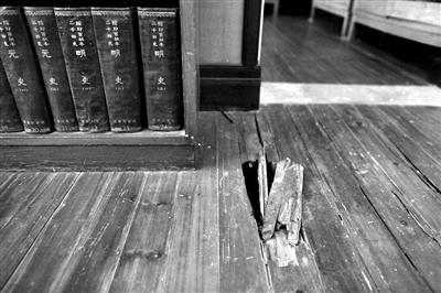 茅盾故居起居室的地板已经腐烂,书籍也长了霉斑。
