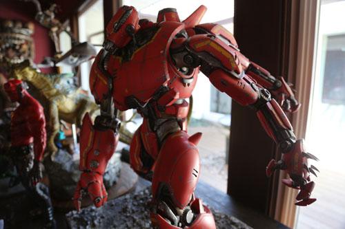 """导演家客厅中的""""暴风赤红""""模型,做工相当考究"""