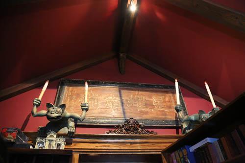 其实中国元素还散落在整座房子的各个角落,比如这个密室墙上的中文牌匾