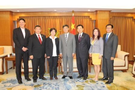 刘健总领事与华裔民选官员合影