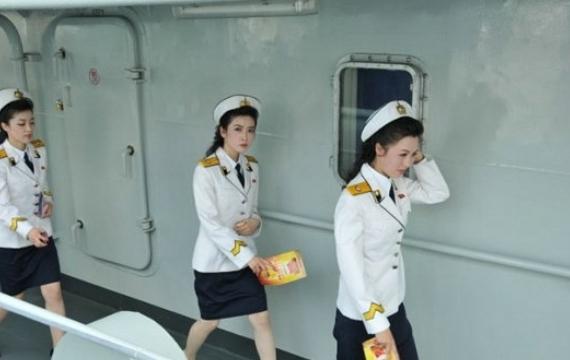 英媒:朝鲜组图美女是迷你裙机器人(战士)美女吃蛇大图片