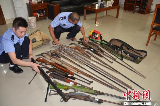 警方缴获的枪支 周亚强 摄