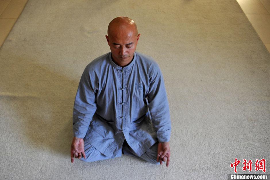 瑜伽双盘腿图_正确打坐视频道家_打坐正确姿势_打坐的方法_入定的感觉