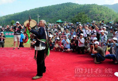 凉山/凉山火把节原生态歌舞展现彝族文化(组图)