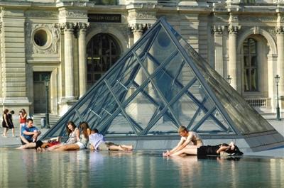近日,一组中国游客在卢浮宫水池中泡脚的照片引众多网友指责。其实不少外国人也会在公共场所的喷泉水池里泡脚。图/东方IC